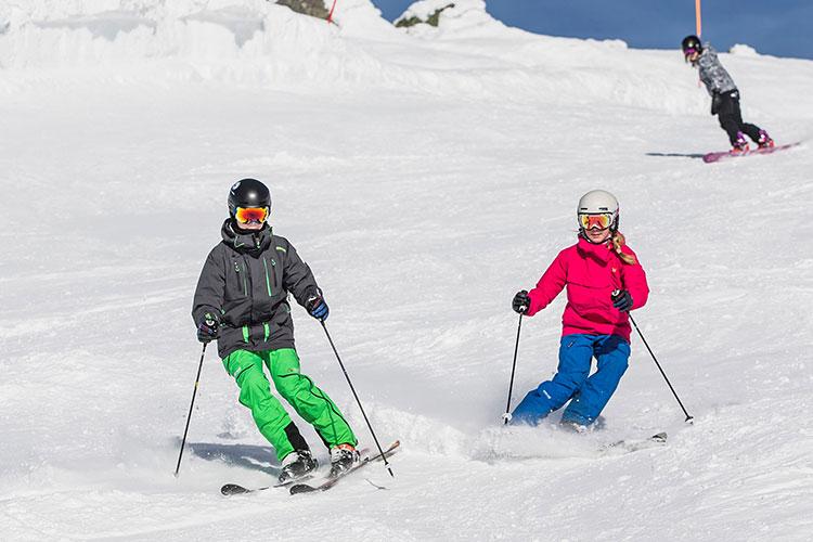 Tonåringar åker slalom