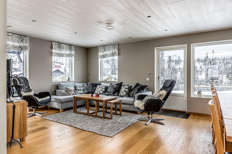 Ett vardagsrum i en bostad Ago I Åre hyr ut. Utsikt över skidbacken.
