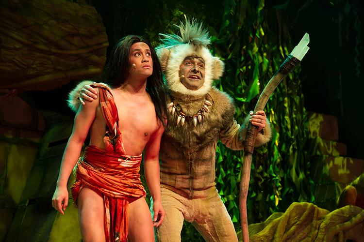 Nils Axelsson som Mowgli och Mendez som Kung Gibbon