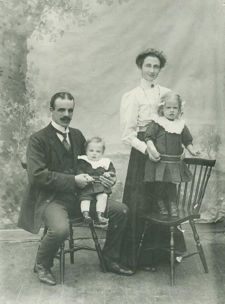 Klässbols Linneväveri grundare Hjalmar Johansson med familj