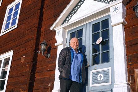 Konstnären Jonas PÅettersson framför sitt hus i Hassela