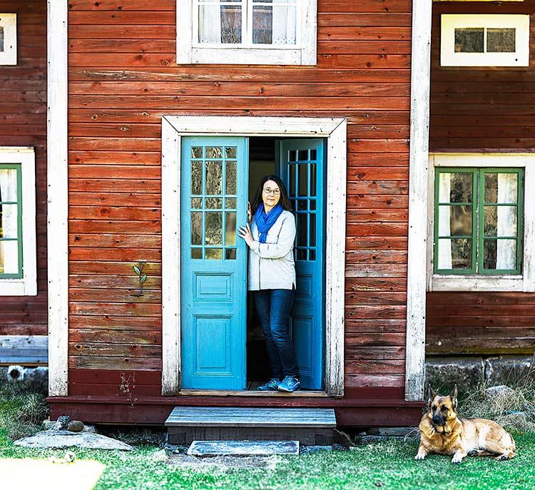Maria Norgren vid Dan Anderssons sista bostad