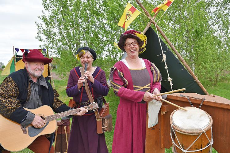 Riddarlekplats i Storfors, medeltida figurer spelar musik